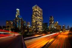 Городской горизонт Калифорния захода солнца Лос-Анджелеса ночи ЛА Стоковое Изображение RF