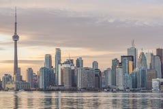 Городской горизонт Торонто с башней CN и финансовыми небоскребами района стоковая фотография