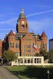 Городской Даллас с старым красным музеем здания суда Стоковые Фотографии RF