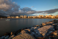 Городской заход солнца Ванкувера от пункта наборов стоковая фотография rf