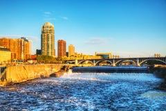 Городской Миннеаполис, Минесота на nighttime и Святой Антоний стоковое изображение rf