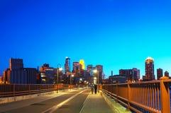 Городской Миннеаполис, Минесота на nighttime Стоковые Фотографии RF