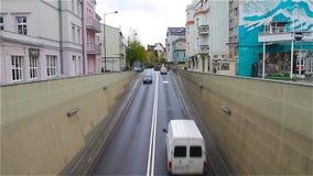Городской пейзаж Автомобили входят тоннель города, взгляд сверху видеоматериал