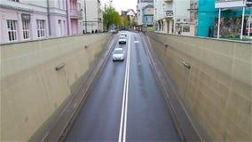 Городской пейзаж Автомобили входят тоннель города, взгляд сверху сток-видео