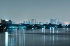 Городской пейзаж Бангкока Взгляд ночи Бангкока в финансовом районе стоковые фотографии rf
