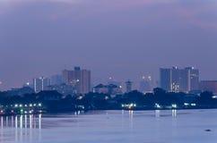 Городской пейзаж Бангкока Взгляд ночи Бангкока в финансовом районе стоковые изображения rf