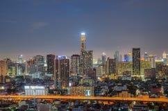 Городской пейзаж Бангкока на сумерк с главным движением Стоковые Изображения