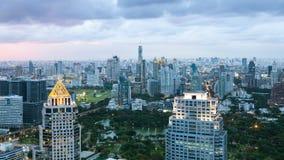 Городской пейзаж Бангкока, финансовый район с высоким зданием на сумраке Стоковые Изображения