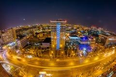 Городской пейзаж Воронежа ночи от крыши Панорама перспективы Leninskiy стоковые изображения