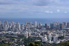 Городской пейзаж Гонолулу, дороги, здания, небоскребы, краны, парки Стоковые Фотографии RF