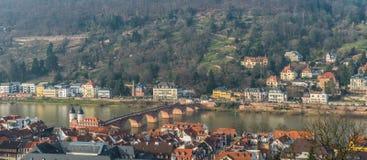 Городской пейзаж города Гейдельберга с старым крестом моста Стоковое фото RF