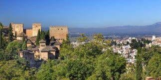 Городской пейзаж Гранада Андалусия Испания башен замка Альгамбра Стоковое фото RF