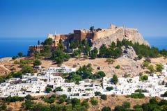 Городской пейзаж деревни Lindos и старого акрополя Стоковые Изображения RF