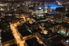 Городской пейзаж и улицы ночи Ванкувера с ДО РОЖДЕСТВА ХРИСТОВА местом в backgroun Стоковое Изображение RF