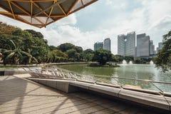 Городской пейзаж которое осматривает от павильона сада в садах ` s Perdana Куалаа-Лумпур ботанических в Jalan Tembusu, Малайзии Стоковое Изображение