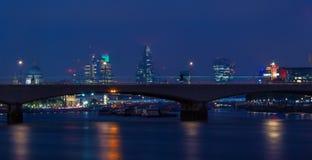 Городской пейзаж Лондона через мост Ватерлоо Стоковые Изображения