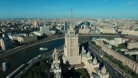 Городской пейзаж Москвы с многоэтажным зданием Сталина видеоматериал