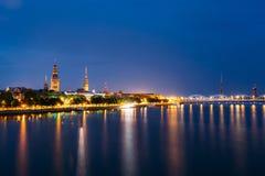 Городской пейзаж на вечере Риги, Латвии Взгляд ночи с голубым небом Стоковое Фото