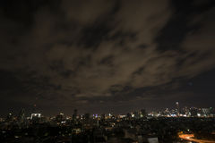 Городской пейзаж на ноче, движение Бангкока в городе Стоковые Изображения RF