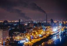 Городской пейзаж ночи около реки Dniper Стоковое Изображение RF