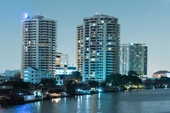 Городской пейзаж ночи реки в городе Бангкока, Таиланде Стоковые Изображения