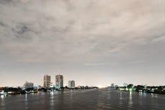 Городской пейзаж ночи реки в городе Бангкока, Таиланде Стоковое Изображение RF