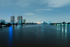Городской пейзаж ночи реки в городе Бангкока, Таиланде Стоковые Фотографии RF