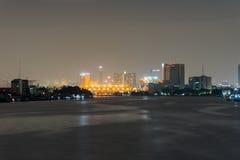 Городской пейзаж ночи реки в городе Бангкока, Таиланде Стоковое Изображение