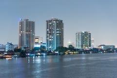 Городской пейзаж ночи реки в городе Бангкока, Таиланде Стоковая Фотография RF