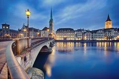 Городской пейзаж ночи Цюриха, Швейцарии Стоковые Фотографии RF