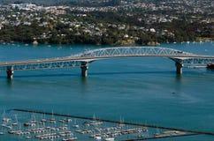 Городской пейзаж Окленда - мост гавани Стоковое Фото