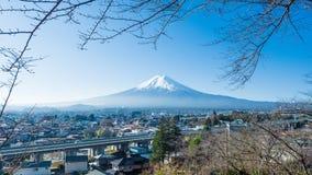 Городской пейзаж от скоростной дороги и маленький город с щеголем горы Фудзи Стоковое фото RF