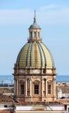 Городской пейзаж Палермо с куполом, старым городком стоковые изображения