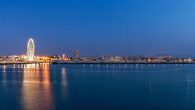 Городской пейзаж портового района Римини на вечере Городские света ночи стоковое изображение