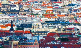 Городской пейзаж Праги, взгляд крыш здания, сверхконтрастный Стоковое Изображение