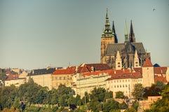 Городской пейзаж Праги с историческим городским пейзажем & x28; Area& x29 Hradcany; и замок Праги во время восхода солнца утра Стоковое Фото