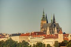 Городской пейзаж Праги с историческим городским пейзажем & x28; Area& x29 Hradcany; и замок Праги во время восхода солнца утра Стоковые Фото