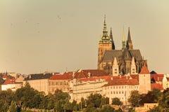 Городской пейзаж Праги с историческим городским пейзажем & x28; Area& x29 Hradcany; и замок Праги во время восхода солнца утра Стоковое Изображение
