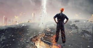 Городской пейзаж просмотра человека инженера стоковая фотография