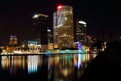 Городской пейзаж рекой Стоковые Изображения