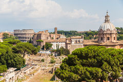 Городской пейзаж Рима с горизонтами старых руин Стоковая Фотография