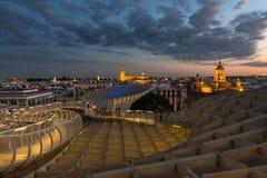 Городской пейзаж Севильи на сумраке стоковая фотография rf