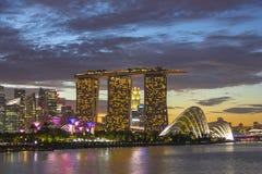 Городской пейзаж Сингапура на небе сумерк захода солнца Стоковые Фотографии RF
