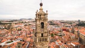 Городской пейзаж с известной колокольней церков Clerigos, вид с воздуха Порту Португалии Стоковые Фотографии RF