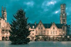 Городской пейзаж с квадратом Burg рождества в Брюгге Стоковые Изображения