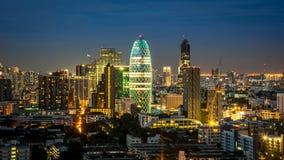 Городской пейзаж с светлой выставкой от здания Бангкока Стоковые Изображения RF