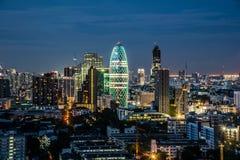Городской пейзаж с светлой выставкой от здания Бангкока Стоковые Фотографии RF