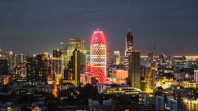 Городской пейзаж с светлой выставкой от здания Бангкока Стоковая Фотография RF