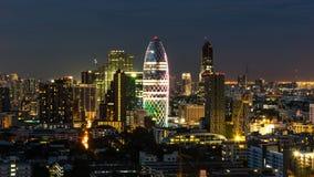 Городской пейзаж с светлой выставкой от здания Бангкока Стоковое Изображение RF