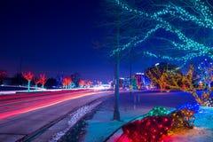 Городской пейзаж с stoplights car's отстает и света рождества Стоковое фото RF
